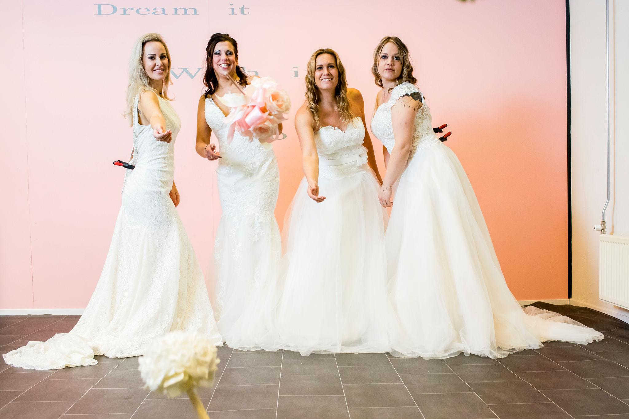 Bruidsjurken Limburg.Bruidsjurken Passen Voor De Lol Girls Night Out Yalisa S Bruidsmode