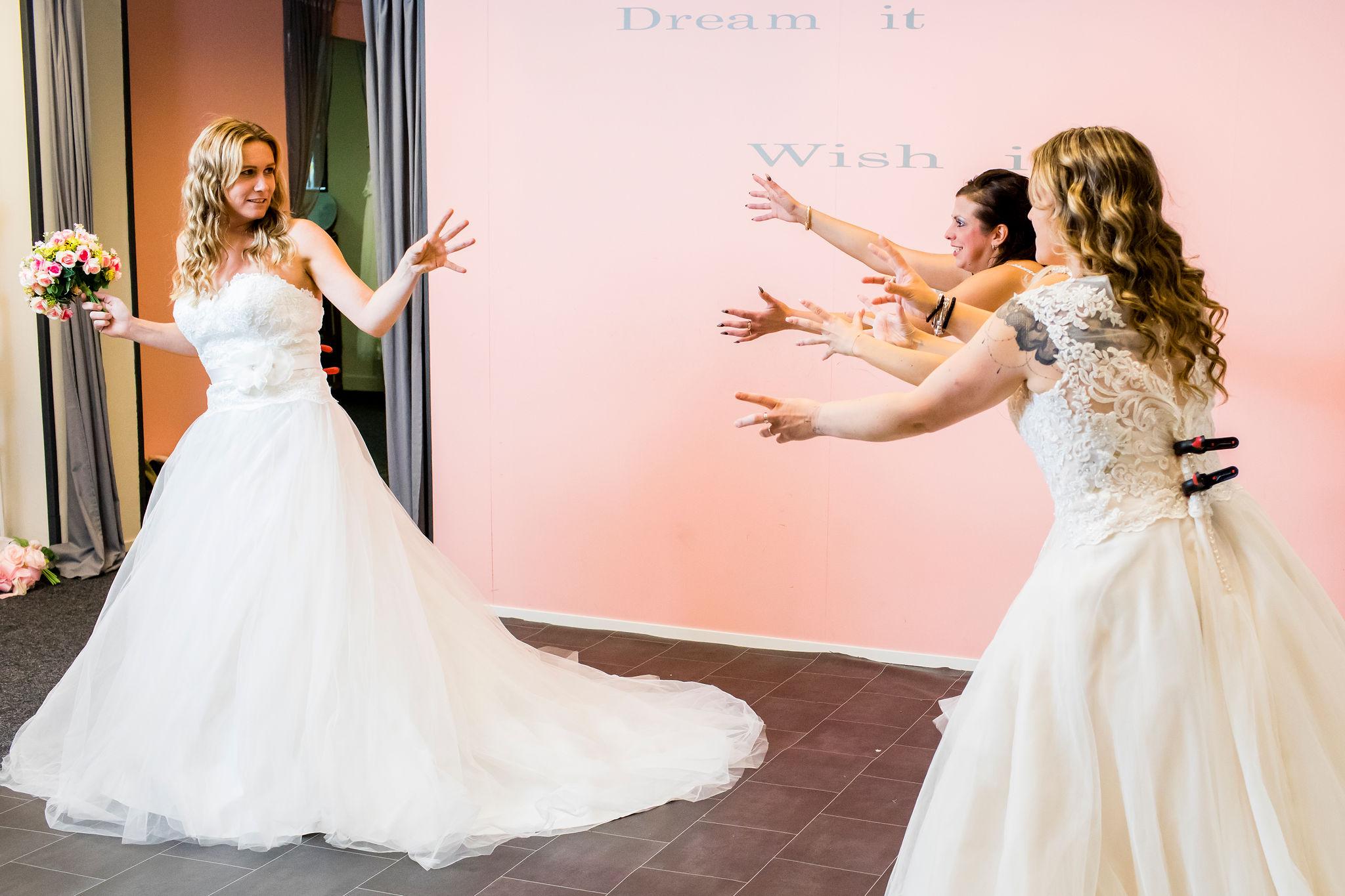 Nieuw Bruidsjurken passen voor de lol - Girls Night Out - Yalisa's VY-54